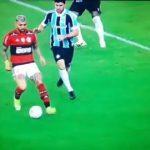 Gabigol ironiza arbitragem e compartilha vídeo de internauta que mostra pênalti não marcado; assista