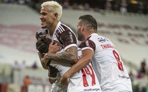 Pedro-Michael e Thiago Maia em comemoração de gol do Flamengo